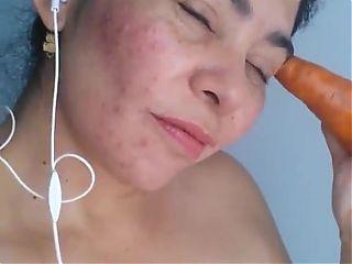 Madura se masturba con zanahoria